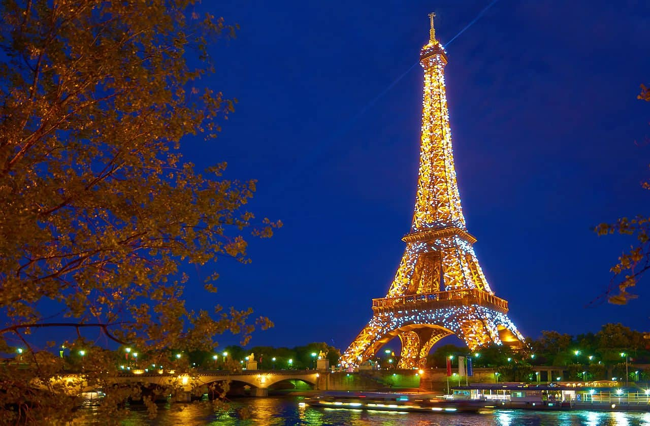 Paris_Eiffel_tower_during_the_sparkling_effect_which_only_lasts_some_seconds