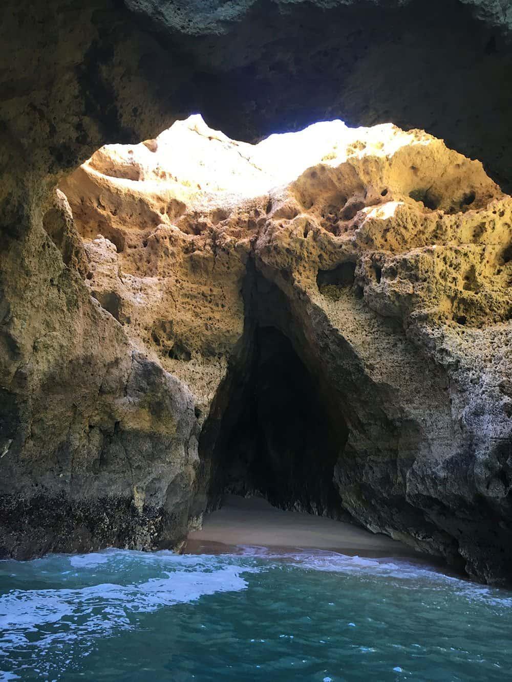 Passeio-de-barco-pelas-grutas-e-praias-saindo-da-Praia-de-Benagil