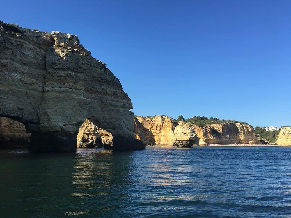 Passeio-de-barco-pelas-grutas-e-praias-saindo-da-Praia-de-Benagil3