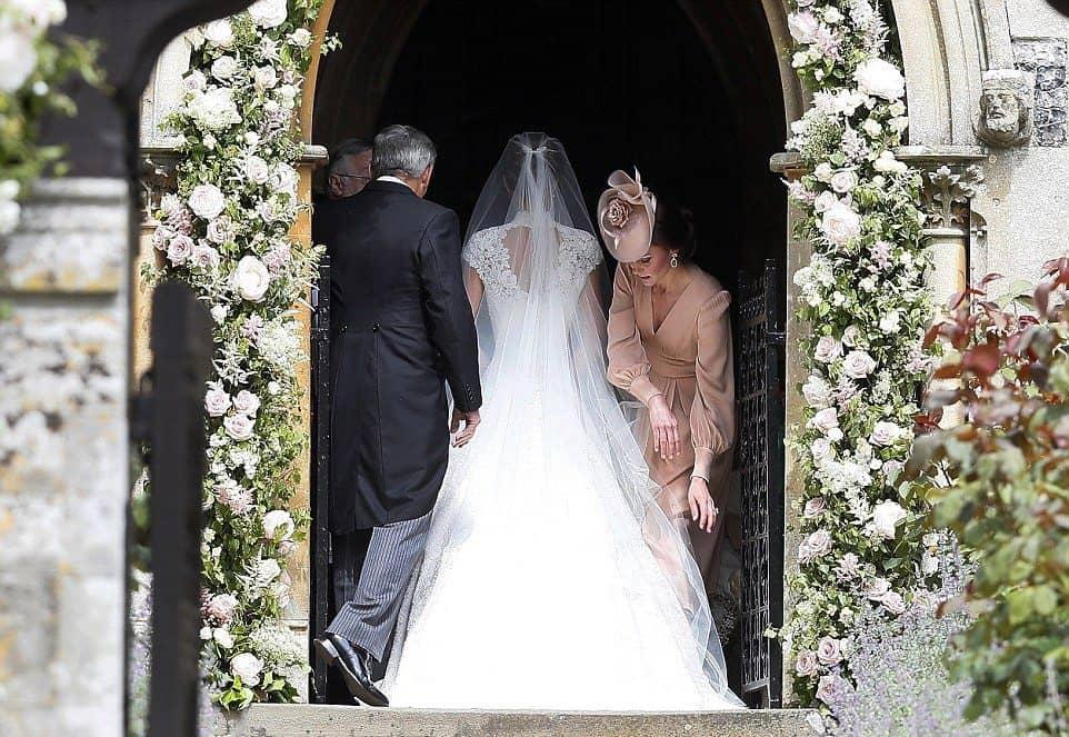Kate-Middleton-arruma-vestido-de-Pippa-antes-da-entrada-da-irma-na-igreja-Foto-Getty-Images