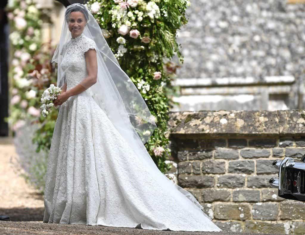 Pippa-Middleton-na-porta-da-igreja-a-bordo-de-vestido-Giles-Deacon-e-headpiece-Stephen-Jones-Foto-Getty-Images