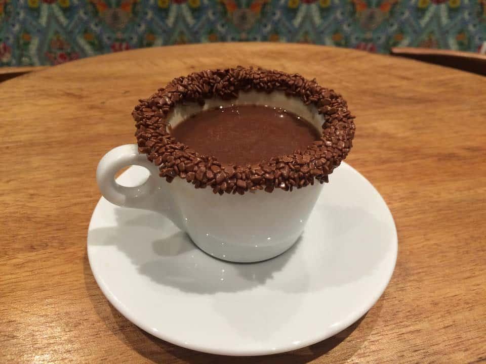 cafe-com-borda-chocolate-brigadeiros-do-tuiter