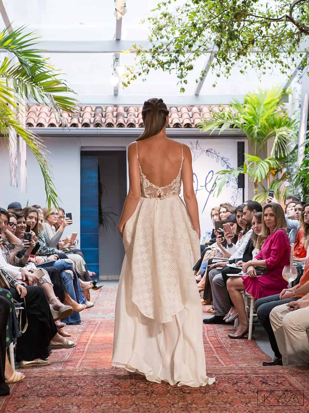 desfile-vestido-de-noiva-entardecer-julia-golldenzon-foto-kyra-mirsky-110