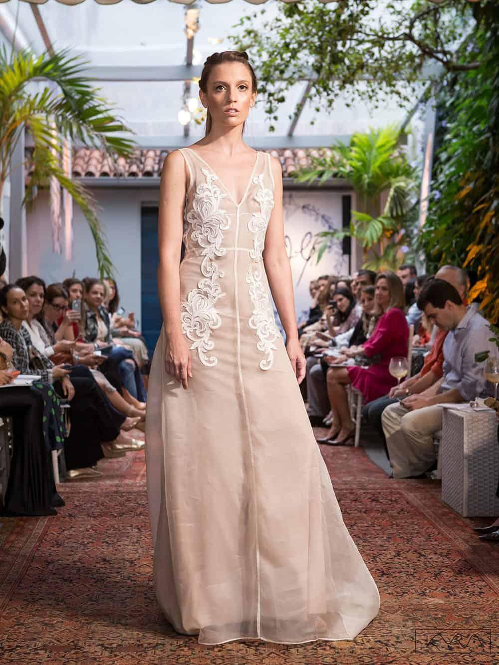 desfile-vestido-de-noiva-entardecer-julia-golldenzon-foto-kyra-mirsky-43