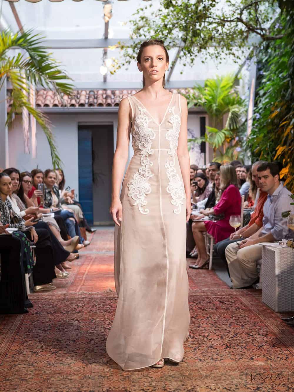 desfile-vestido-de-noiva-entardecer-julia-golldenzon-foto-kyra-mirsky-44