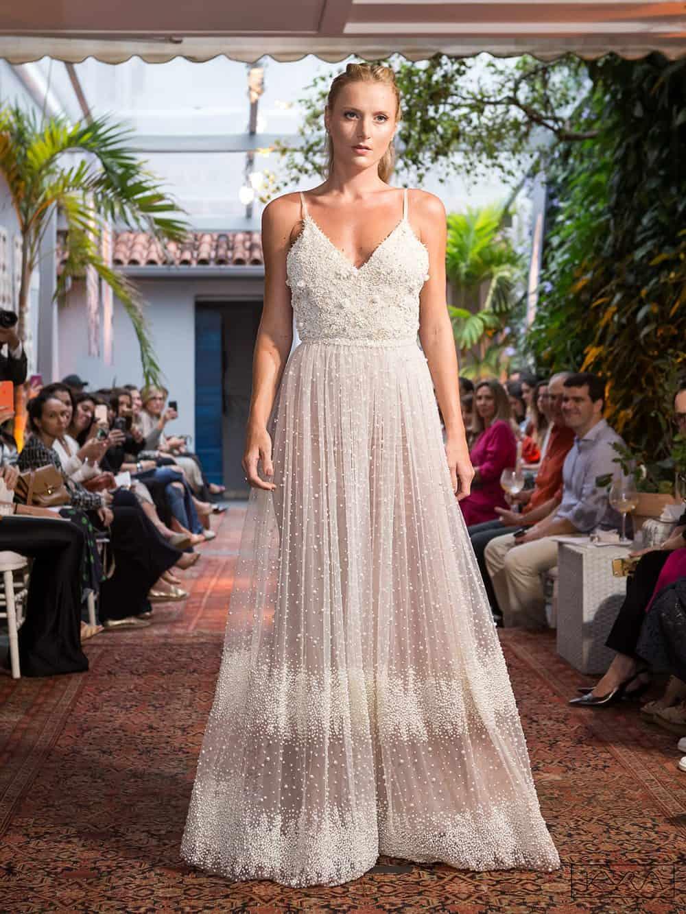 desfile-vestido-de-noiva-entardecer-julia-golldenzon-foto-kyra-mirsky-98