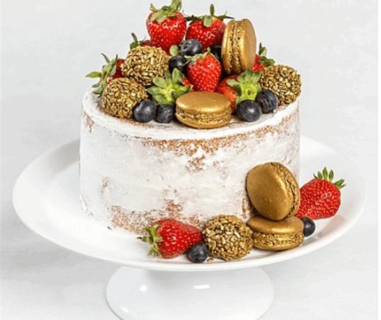 naked-cake-com-frutas-vermelhas-e-macarons-recheado-com-brigadeiro