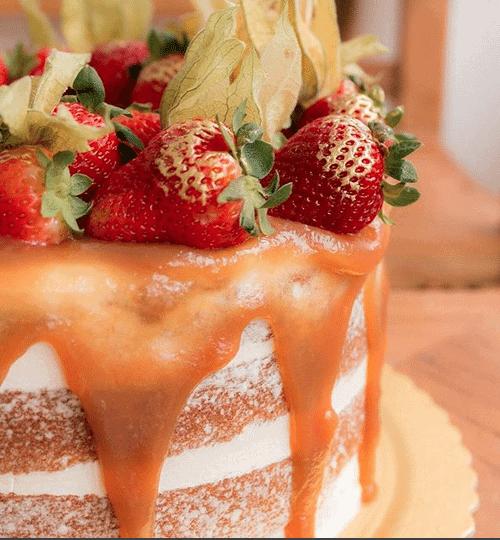 naked-cake-de-massa-branca-com-cobertura-de-caramelo-e-frutas-casal-garcia