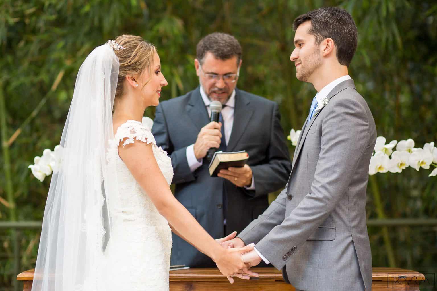 0401-Cerimonia-Giovanna-e-Pedro-KYRA5107AG2-Digital-Anna-Carolina-Werneck-Casa-das-Canoas-Casamento-Cerimônia-Kyra-Mirsky-Noivos-no-altar-Pastor-Aloisio-Bacelar-Rio-de-Janeiro-1