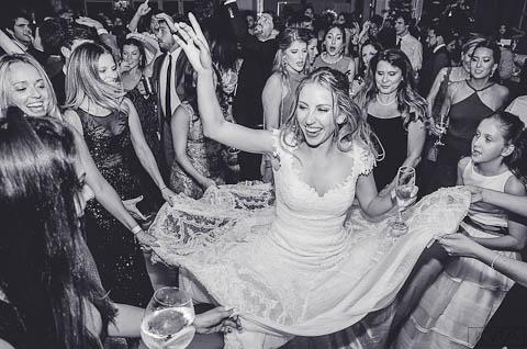 0656-Festa-Giovanna-e-Pedro-CLA_3426-2AG2-Digital-Amigas-Anna-Carolina-Werneck-Casa-das-Canoas-Casamento-Festa-Kyra-Mirsky-Pista-com-noiva-Pista-de-dança-Rio-de-Janeiro