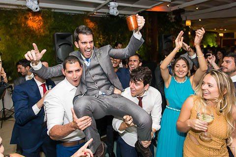 0683-Festa-Giovanna-e-Pedro-IMG_9142AG2-Digital-Anna-Carolina-Werneck-Casa-das-Canoas-Casamento-Festa-Kyra-Mirsky-Noivos-para-o-alto-Pista-de-dança-Rio-de-Janeiro