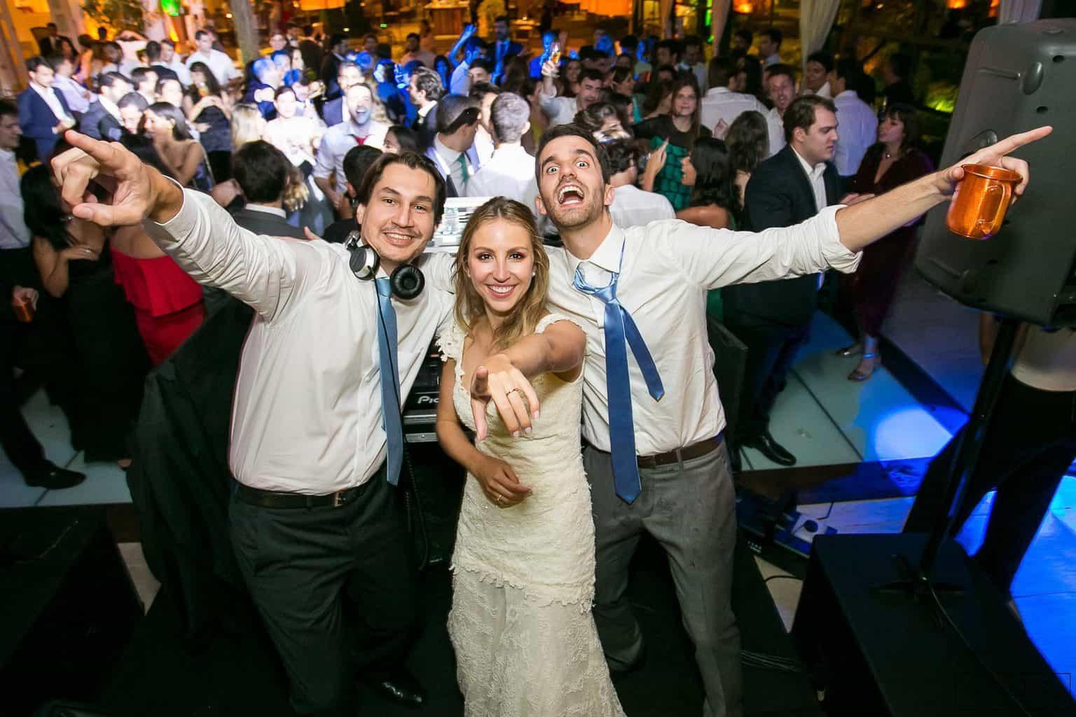 1104-Festa-Giovanna-e-Pedro-LLMS1168AG2-Digital-Anna-Carolina-Werneck-Casa-das-Canoas-Casamento-DJ-Kahl-Festa-Kyra-Mirsky-Noivos-com-DJ-Pista-de-dança-Rio-de-Janeiro-2