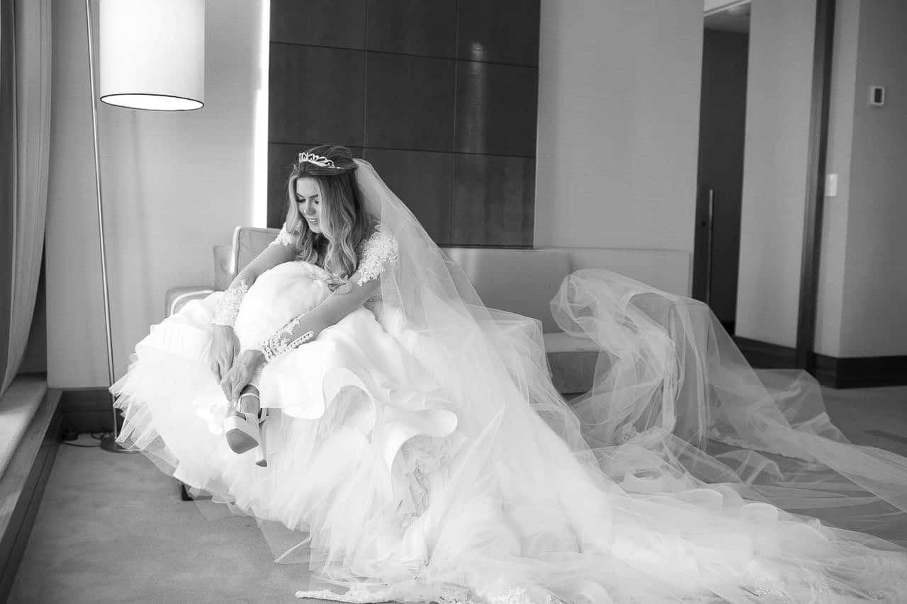 casamento-raissa-e-douglas-caseme-47Ana-Haertel-Casa-Charlô-Casamento-Casamento-tradicional-Miguel-Kanashiro-Poses-noiva-Roberto-Tamer-São-Paulo-Sapato
