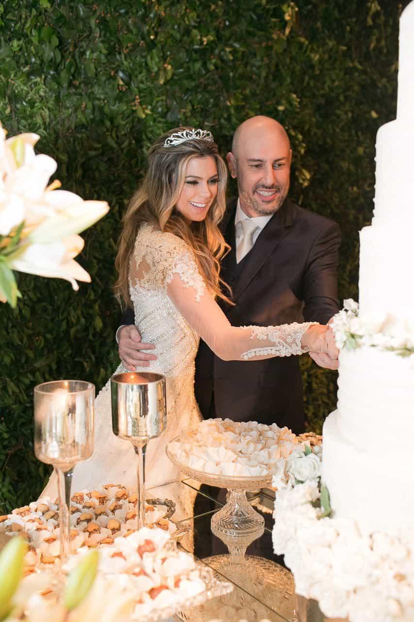 casamento-raissa-e-douglas-caseme-9Ana-Haertel-Bolo-Casa-Charlô-Casamento-Casamento-tradicional-Corte-do-bolo-Miguel-Kanashiro-Poses-Casal-Roberto-Tamer-São-Paulo