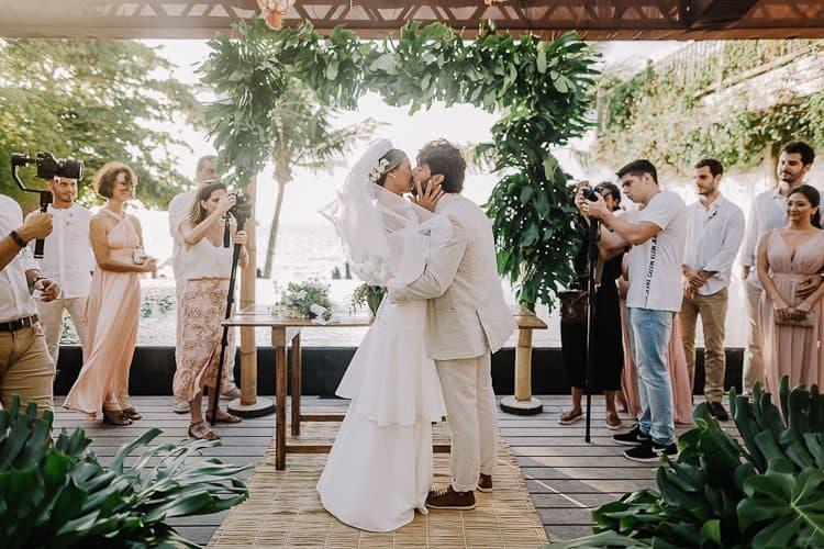 Beijo-Cerimônia-Fotografia-Aline-Ferreira-Greenery-Ilhabela-Monique-e-Bruno-CaseMe-1