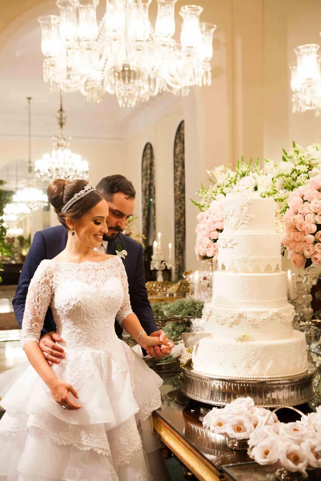 Casamento-Clássico-Casamento-tradicional-Copacabana-Palace-Corte-do-bolo-Monica-Roias-Ribas-Foto-e-Vídeo-Silvio-Cruz-Tuanny-e-Bernardo-CaseMe-2