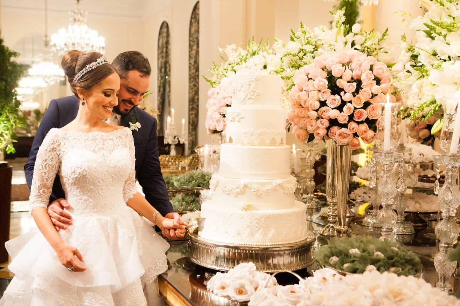Casamento-Clássico-Casamento-tradicional-Copacabana-Palace-Corte-do-bolo-Monica-Roias-Ribas-Foto-e-Vídeo-Silvio-Cruz-Tuanny-e-Bernardo-CaseMe
