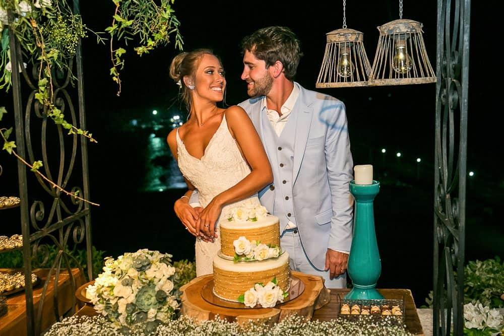 Bolo-de-rolo-Camila-e-Lucca-Casamento-na-praia-Fernando-de-Noronha-Marcela-Montenegro-CaseMe-Revista-de-casamentoCB026472