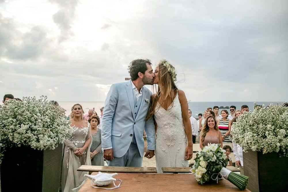 Camila-e-Lucca-Casamento-na-praia-Cerimônia-Fernando-de-Noronha-Marcela-Montenegro-CaseMe-Revista-de-casamentoCB025947