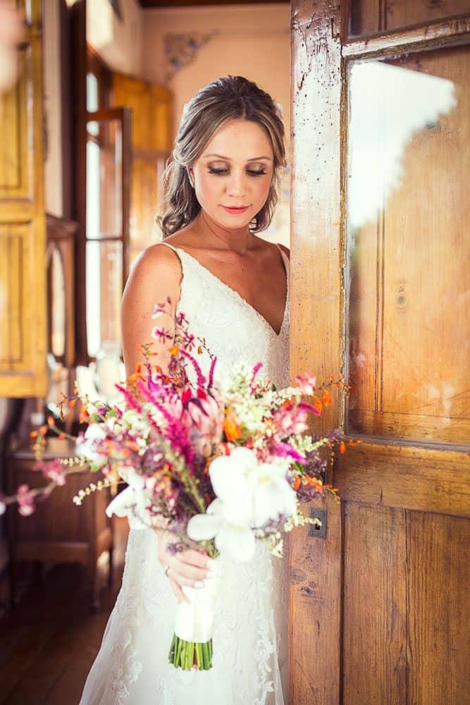 EstudioEuka069Casamento-de-dia-Fazenda-Dona-Catarina-Fotografia-Euka-Weddings-Jah-Eventos-Marcela-e-Rodolfo-Poses-noiva-Tais-Puntel-CaseMe-Revista-de-casamento