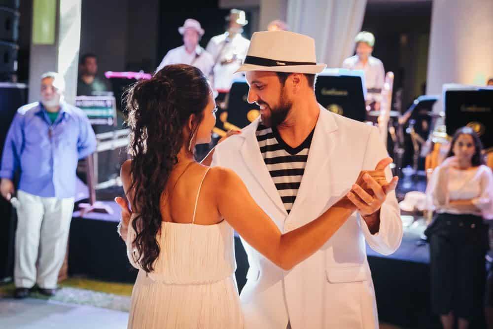 casamento-de-dia-casamento-na-Bahia-casamento-na-praia-dança-festa-Thais-e-Marcos-valsa-dos-noivos-casamento-69