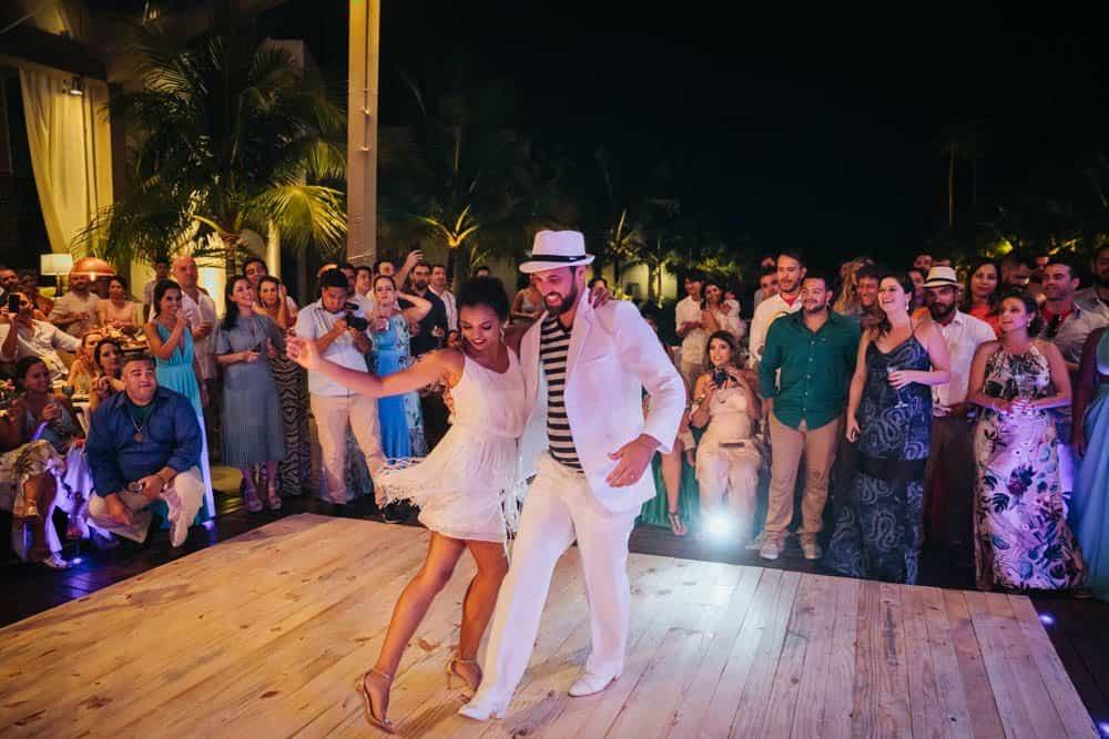 casamento-de-dia-casamento-na-Bahia-casamento-na-praia-dança-festa-Thais-e-Marcos-valsa-dos-noivos-casamento-70