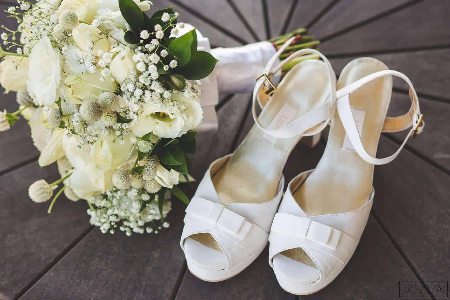 acessórios-ana-carolina-e-bernardo-Anna-Carolina-Werneck-beleza-da-noiva-buquê-casamento-tradicional-Gavea-Golf-Club-Kyra-Mirsky-making-of-mini-wedding-sapatos-verde-e-rosa-casamento-5