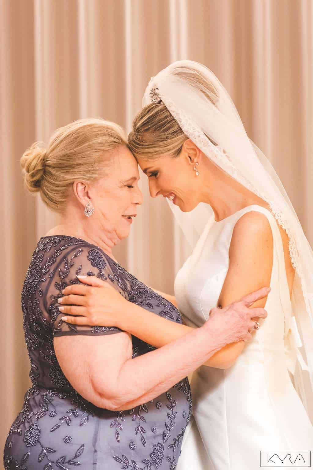 ana-carolina-e-bernardo-Anna-Carolina-Werneck-beleza-da-noiva-casamento-tradicional-Gavea-Golf-Club-Kyra-Mirsky-mães-making-of-mini-wedding-noiva-verde-e-rosa-casamento-47