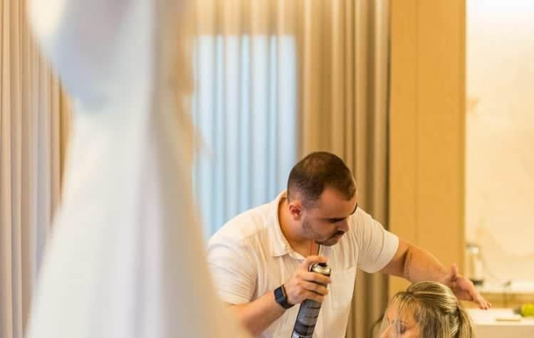 ana-carolina-e-bernardo-Anna-Carolina-Werneck-beleza-da-noiva-casamento-tradicional-Gavea-Golf-Club-Kyra-Mirsky-making-of-mini-wedding-verde-e-rosa-casamento-19-750x475