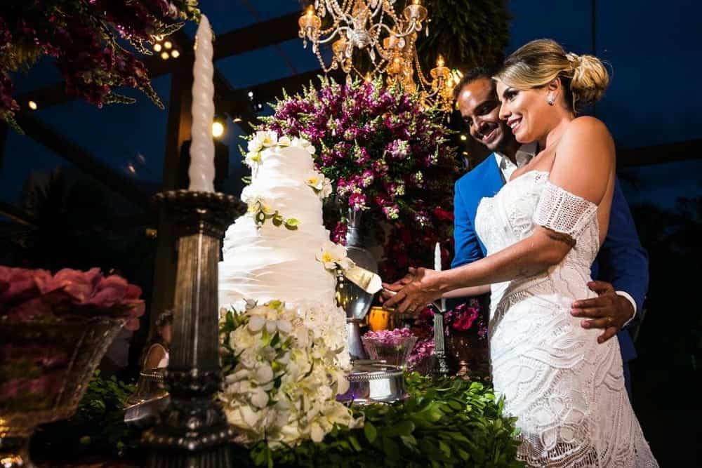 B-BLUE-BEACHOUSES-bahia-casamento-ao-ar-livre-casamento-julia-e-diogo-casamento-na-praia-corte-do-bolo-fotografia-Bianca-Martinez-casamento-42