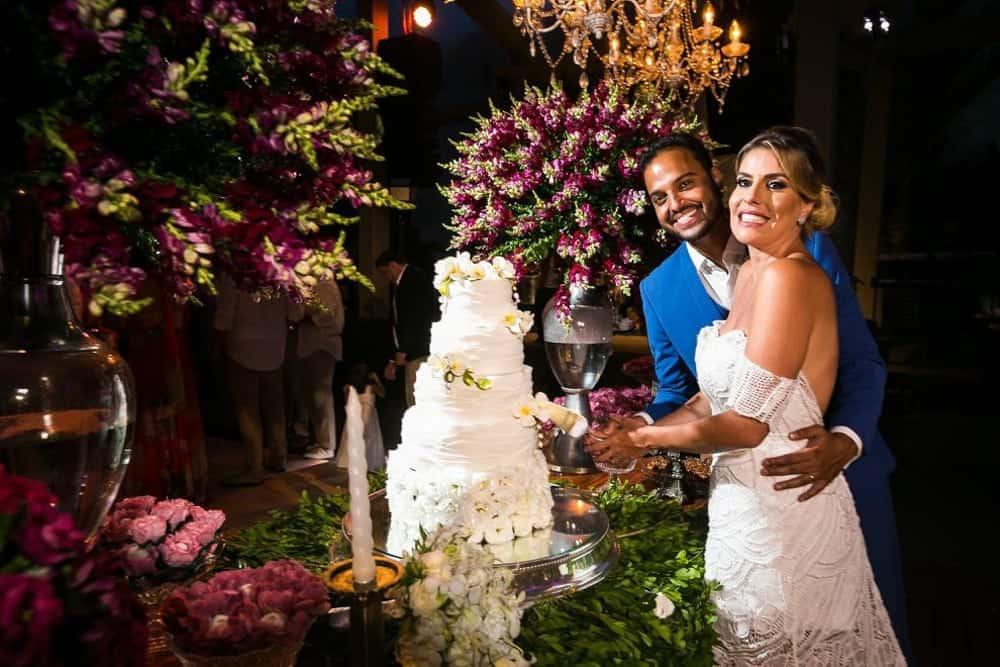 B-BLUE-BEACHOUSES-bahia-casamento-ao-ar-livre-casamento-julia-e-diogo-casamento-na-praia-corte-do-bolo-fotografia-Bianca-Martinez-casamento-45