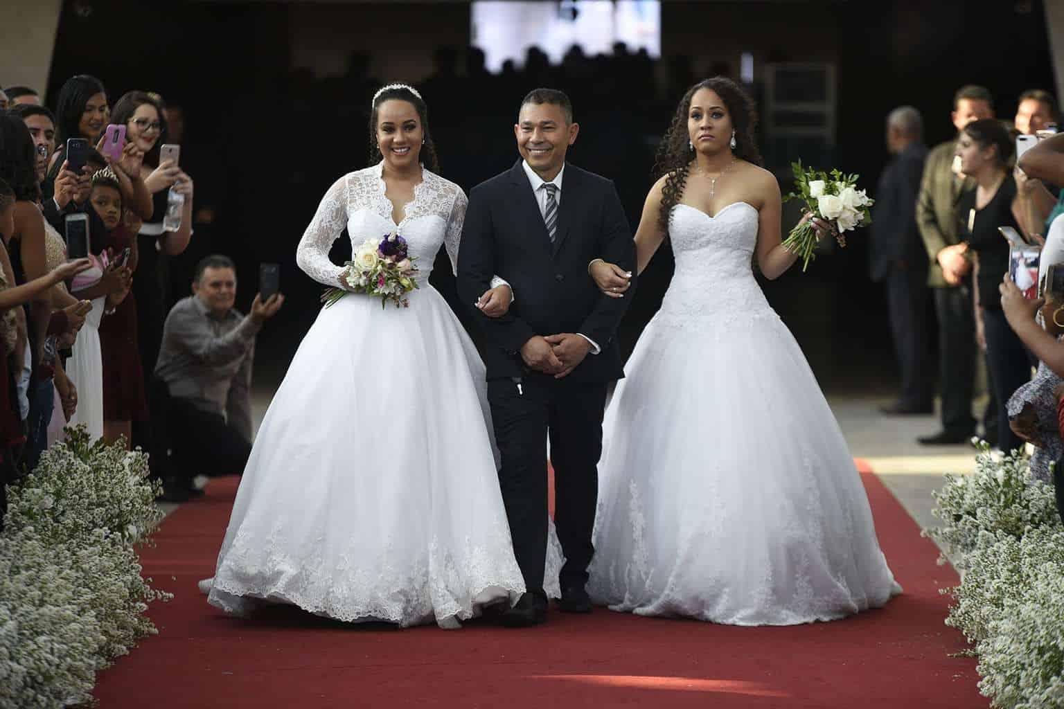 As-gêmeas-Daiane-e-Daniele-com-seu-pai-Valdemar-Pereira-Ramos-casamento-coletivo-casamento-comunitário