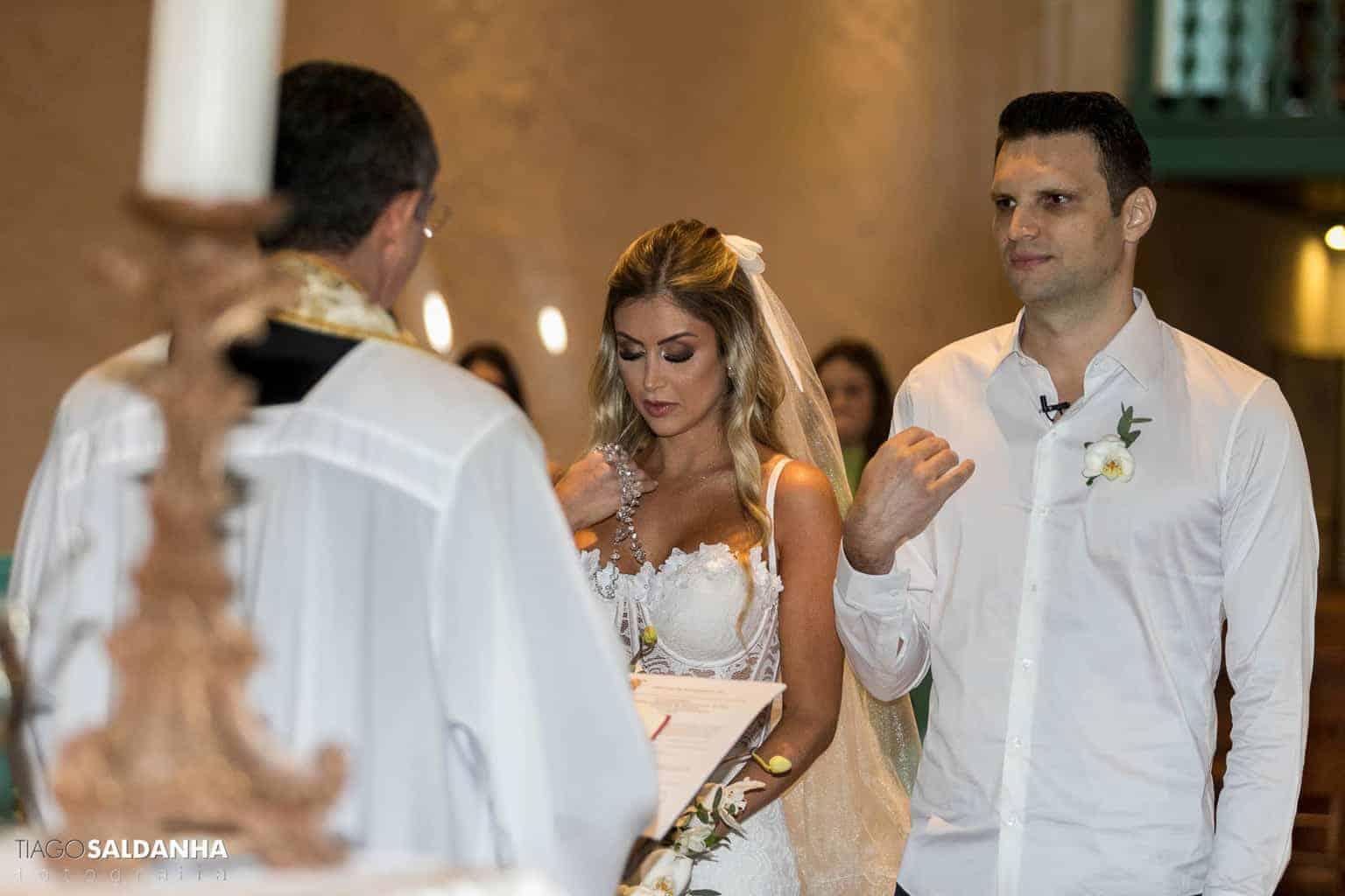 Casamento-Chandrélin-e-Laureano-cerimonia-na-igreja-Chan-e-Lau-foto-do-casal-Igreja-do-Quadrado-Trancoso2