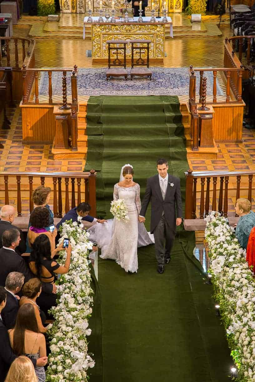 Casamento-Fernanda-e-André-cerimonia-na-igreja-fotografia-Cissa-Sannomiya-Paróquia-Nossa-Senhora-do-Brasil-e-Palácio-Tangará-saida-dos-noivos43