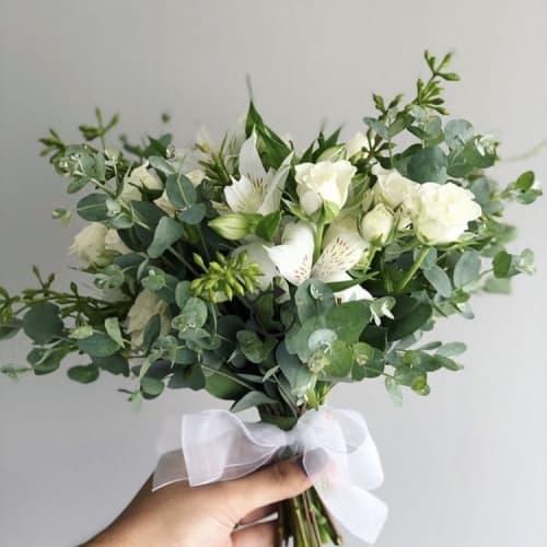 buque-de-noiva-desconstru-do-branco-e-verde-greeneryo-eucalipto-caseme-inspira-es-de-casamento-wedding-inspiration