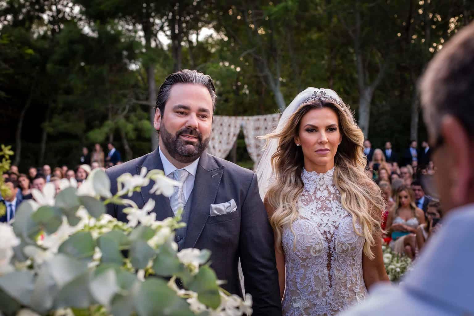 casamento-Marcela-e-Luciano-cerimonia-noivos-no-altar12