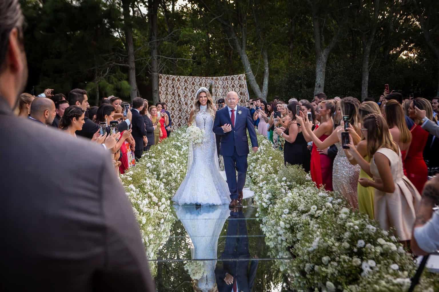 casamento-Marcela-e-Luciano-entrada-da-noiva-passarela-de-espelho11