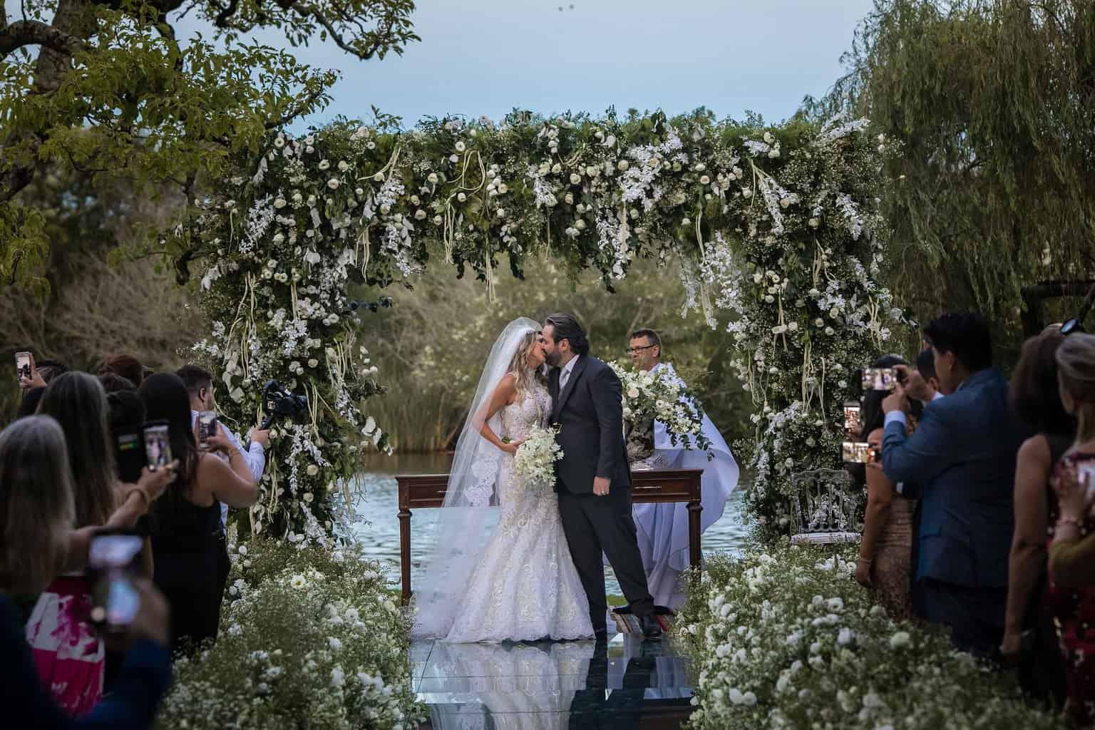 casamento-Marcela-e-Luciano-foto-dos-noivos-fotografia-Torin-Zanette-fotos-a-tarde-fotos-dos-noivos-no-altar-noivos-no-altar17