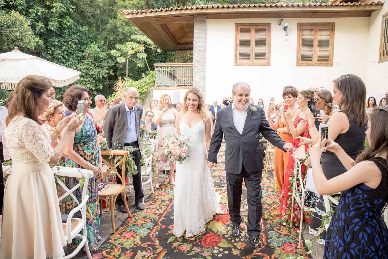 Casa-Capuri-casamento-Roberta-e-Rodrigo-cerimonia-ao-ar-livre-entrada-da-noiva-Rodrigo-Sack119