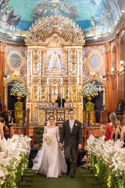 Casamento-Fernanda-e-André-cerimonia-na-igreja-fotografia-Cissa-Sannomiya-Paróquia-Nossa-Senhora-do-Brasil-e-Palácio-Tangará-saida-dos-noivos40