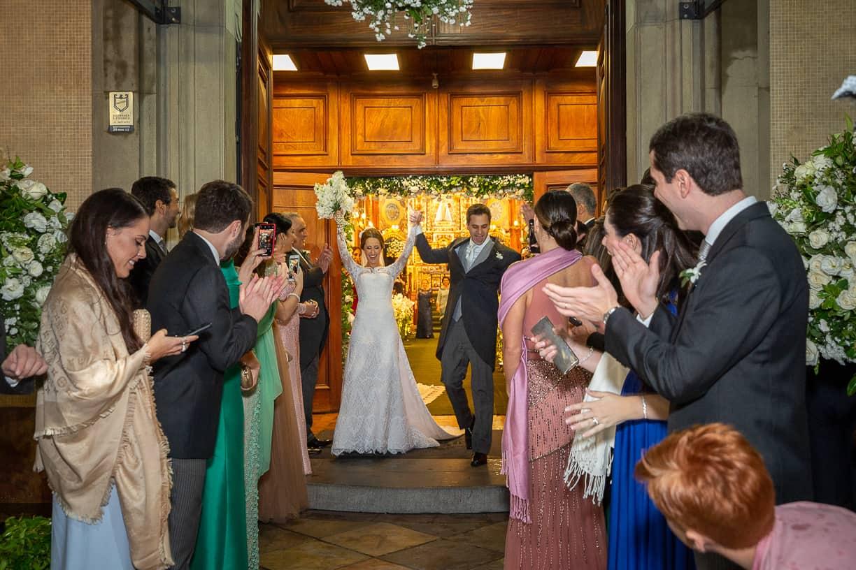 Casamento-Fernanda-e-André-cerimonia-na-igreja-fotografia-Cissa-Sannomiya-Paróquia-Nossa-Senhora-do-Brasil-e-Palácio-Tangará-saida-dos-noivos41