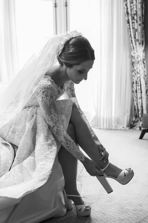 Casamento-Fernanda-e-André-fotografia-Cissa-Sannomiya-making-of-Paróquia-Nossa-Senhora-do-Brasil-e-Palácio-Tangará-sapato-da-noiva10