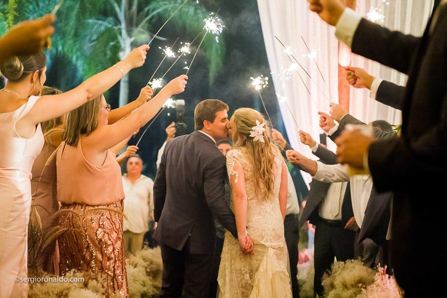 Casamento-Roberta-e-Angelo-Lago-Buriti-saida-dos-noivos-Sérgio-Ronaldo235