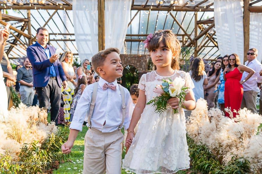 Casamento-Roberta-e-Angelo-cerimonia-no-jardim-daminhas-Lago-Buriti-Sérgio-Ronaldo116