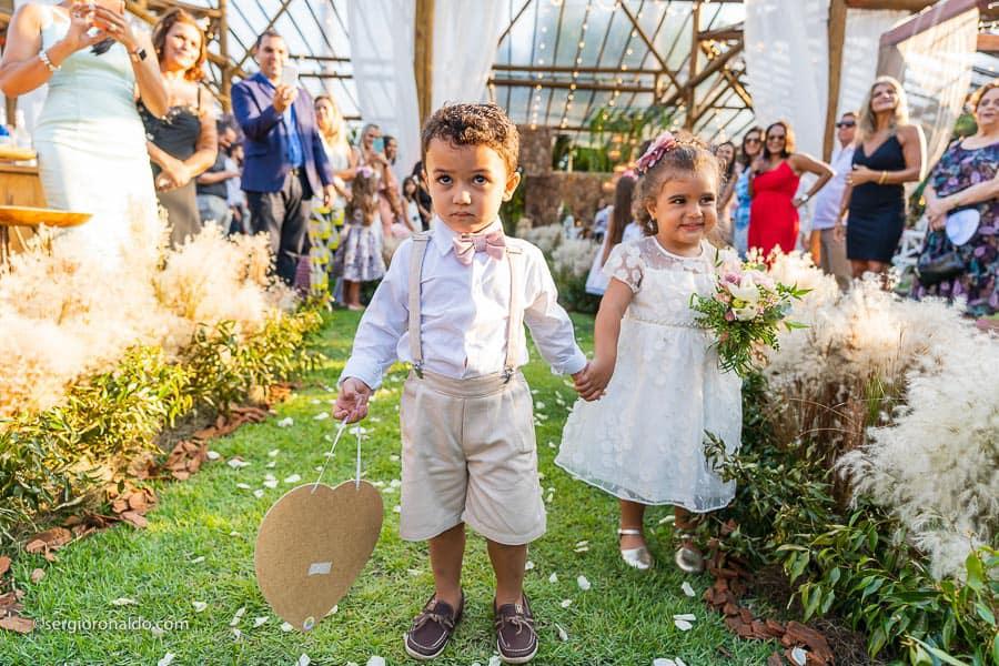 Casamento-Roberta-e-Angelo-cerimonia-no-jardim-daminhas-Lago-Buriti-Sérgio-Ronaldo117