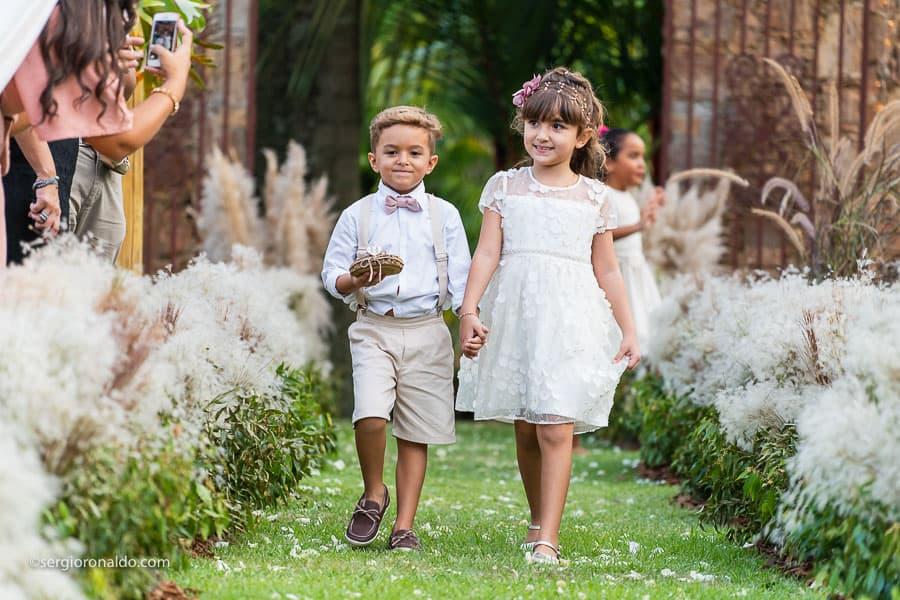 Casamento-Roberta-e-Angelo-cerimonia-no-jardim-daminhas-Lago-Buriti-Sérgio-Ronaldo155