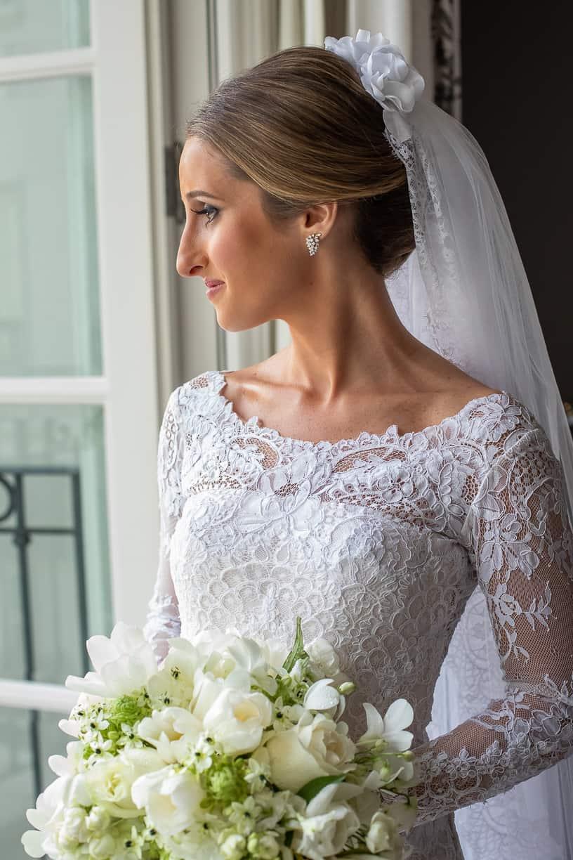 beleza-da-noiva-buque-Casamento-Fernanda-e-André-fotografia-Cissa-Sannomiya-making-of-Paróquia-Nossa-Senhora-do-Brasil-e-Palácio-Tangará-vestido-de-noiva14