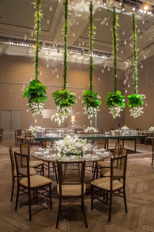 branco-e-verde-Casamento-Fernanda-e-André-decoracao-da-festa-fotografia-Cissa-Sannomiya-mise-en-place-Paróquia-Nossa-Senhora-do-Brasil-e-Palácio-Tangará54