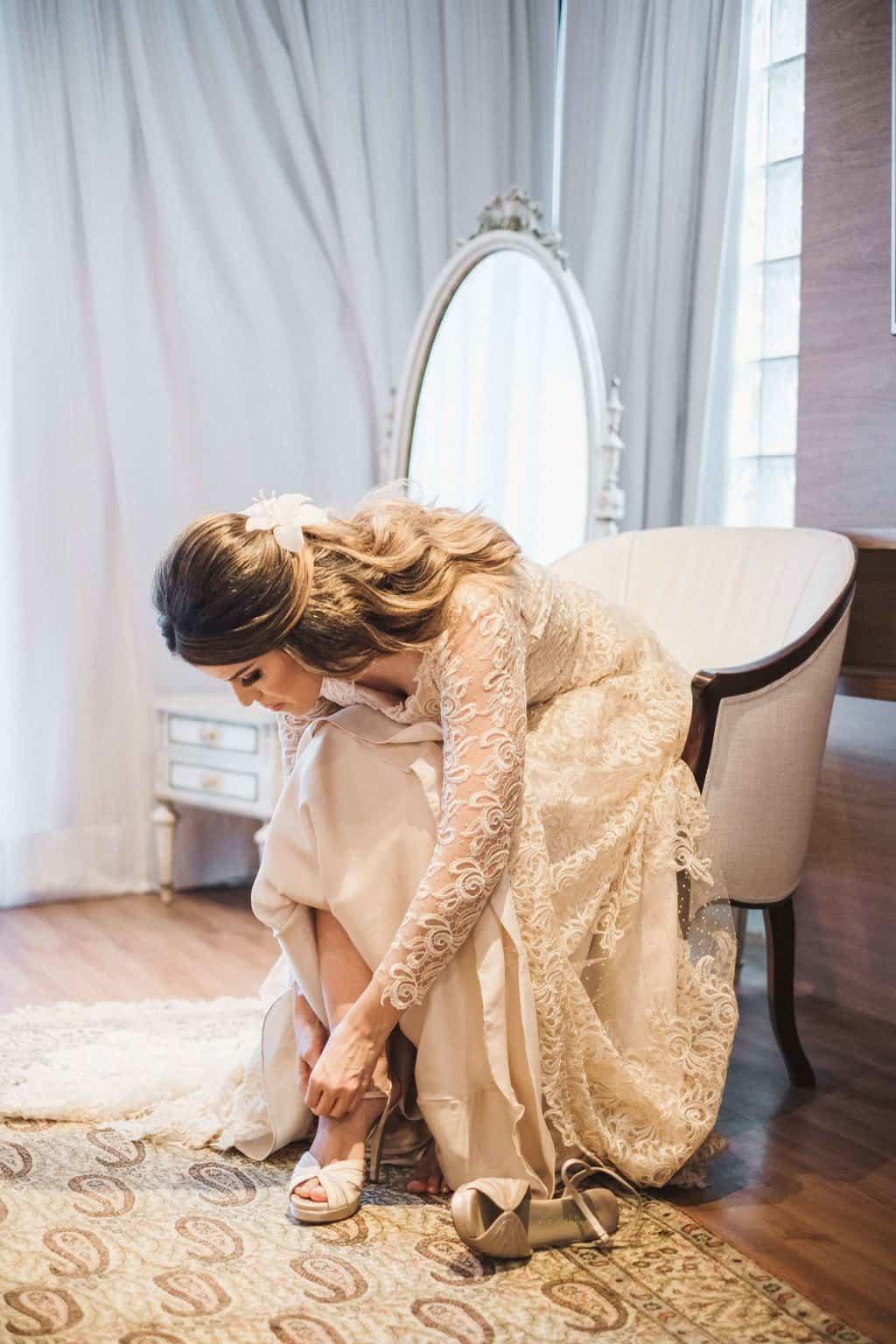 Andrea-Kapps-casamento-na-serra-decoracao-rustica-Fotografia-Renata-Xavier-Les-Amies-Cerimonial-Locanda-Della-Mimosa-making-of-Natalia-e-Bruno-sapato-da-noiva250