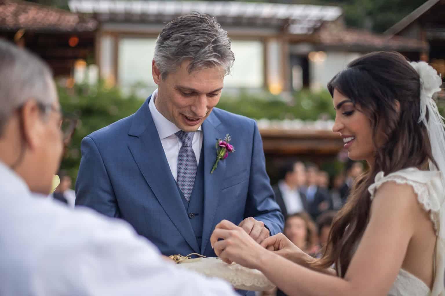 alianças-casamento-na-serra-cerimonia-ao-ar-livre-Fotografia-Laura-Campanella-graviola-filmes-Juliana-e-Sebastian-noivos-no-altar-Pousada-La-Belle-Bruna196
